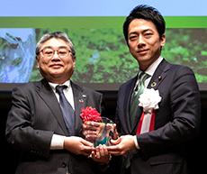 Vice President and Executive Officer Osamu Naito who has received a commendation from the Minister of the Environment of Japan, Shinjiro Koizumi.